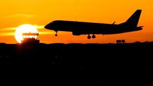Un avion de la Lufthansa atterrit à Düsseldorf (Allemagne), le 25 novembre 2016. (MARCEL KUSCH / DPA / AFP)