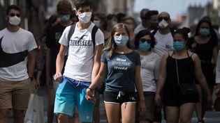 Des passants portent le masque, à Nantes (Loire-Atlantique), le 21 août 2020. (LOIC VENANCE / AFP)