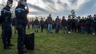 La commandante de la compagnie des gendarmes d'Albi, Sophie Lambert, donne des indications aux volontairesavant de lancer des recherches dans les bois de Milhars (Tarn), le 23 décembre 2020. (FRED SCHEIBER / AFP)