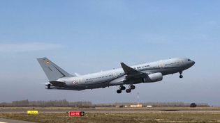 Un A330 Phénix de l'armée de l'air décolle de la base d'Istres, le 21 mars 2020, pour prendre en charge des patients hospitalisés à Mulhouse. (MINISTERE DES ARMEES)