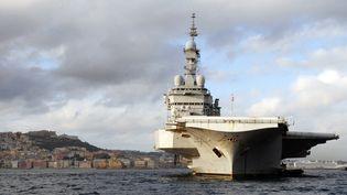 Le Charles-de-Gaulle, le porte-avions de la marine française, en octobre 2012 au sud de l'Italie. (MARIO LAPORTA / AFP)