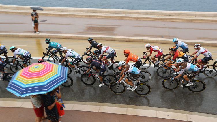 Les coureurs du Tour de France sous la pluie sur la promenade des Anglais lors de la 1re étape de la Grande Boucle 2020, samedi 29 août à Nice. (VALERY HACHE / AFP)
