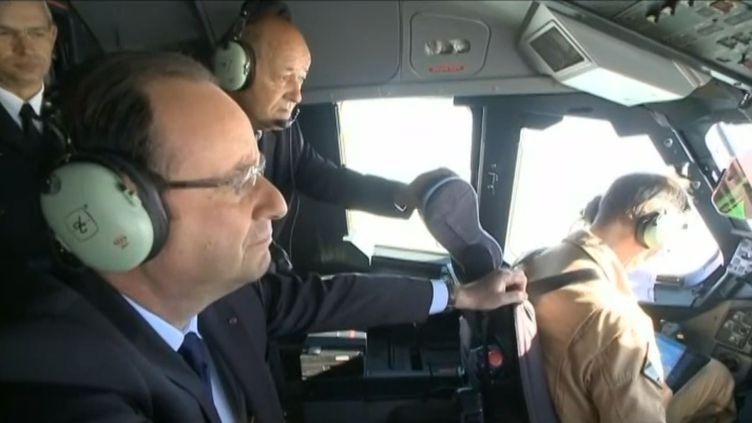 François Hollande, le président de la République, à bord de l'A400M d'Airbus, lors d'un vol Villacoublay-Le Bourget, à l'occasion du Salon de l'aéronautique, le 21 juin 2013. (FRANCETV INFO )