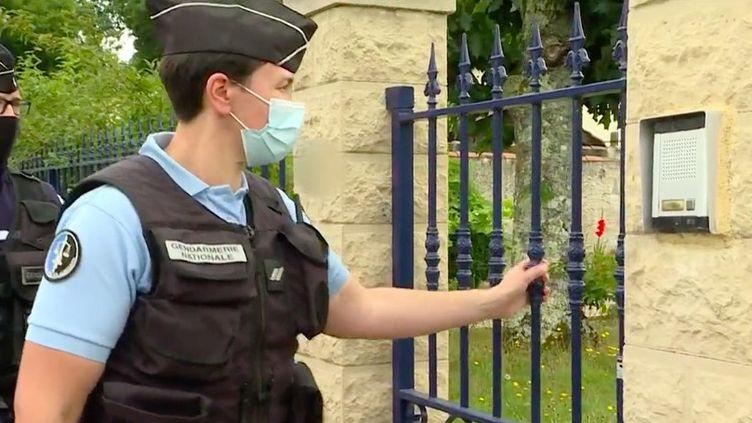 L'opération Tranquillité Vacances existe depuis une cinquantaine d'années. Il suffit de vous signaler à la police où à la gendarmerie en remplissant un formulaire et les forces de l'ordre feront des rondes régulières pour surveiller votre résidence. (FRANCE 3)