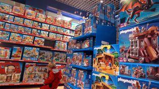 Un enfant dans un magazin de jouets, à Paris, le 30 novembre 2011. (PIERRE VERDY / AFP)