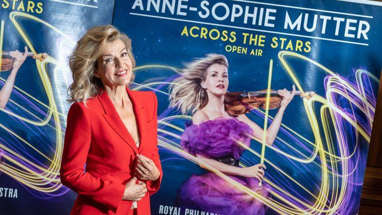 La violoniste Anne-Sophie Mutter devant l'affiche d'un concert à Munich en septembre 2018. (PETER KNEFFEL / DPA)