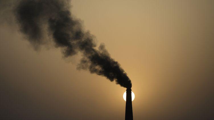 Les principaux pays responsables de cette hausse sont la Chine et l'Inde, qui consomment de plus en plus de charbon, de pétrole et de gaz, comme aux Etats-Unis. (SHAMMI MEHRA / AFP)