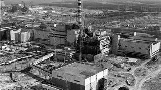 La centrale nucléaire de Tchernobyl (Ukraine) détruite par une explosion, le 26 avril 1986. (VLADIMIR REPIK / AFP)