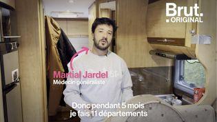VIDEO. Ce médecin parcourt la France pour remplacer ses confrères (BRUT)