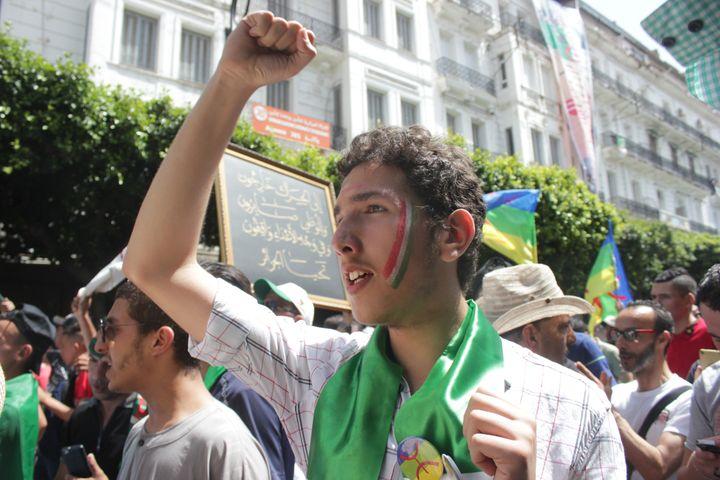 Merouane scande des slogans hostiles au pouvoir, le 21 juin 2019, dans les rues d'Alger. (CLEMENT PARROT / FRANCEINFO)