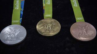 Les médailles d'argent, d'or et de bronze qui seront remises aux JO de Rio. (CHRISTOPHE SIMON / AFP)