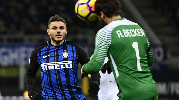 Le gardien brésilien de la Roma Alisson Ramses Becker devance l'attaquant argentin de l'Inter Milan Mauro Icardi  (MIGUEL MEDINA / AFP)
