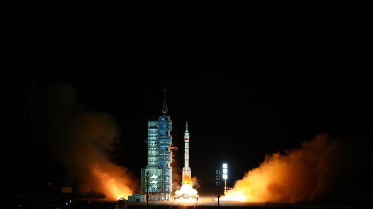 Une fusée Long March-2F décolle avec les membres de la mission Shenzhou-13, le 16 octobre 2021, depuisle centre de lancement de Jiuquan (Chine). (JU ZHENHUA / XINHUA / AFP)