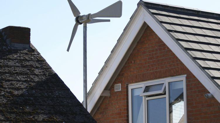 Plusieurs particuliers ayant acquis une éolienne domestique regrettent aujourd'hui leur choix. (ROB HILL / E+ / GETTY)