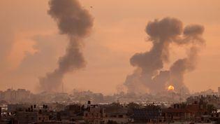 Des raids aériens israéliens ont touché la ville de Khan Younis, au sud de la bande de Gaza, le 12 mai 2021. (SAID KHATIB / AFP)