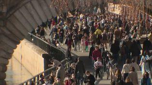Covid-19 : craignant un confinement imminent, les Parisiens ont investi les quais des Seine (FRANCE 2)