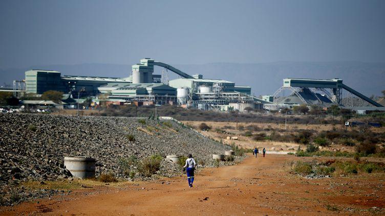 Des employés se rendent à pied à la mine de platine Mogalakwena à Mokopane, dans la province de Limpopo en Afrique du Sud, le 20 septembre 2017. (SIPHIWE SIBEKO / REUTERS)
