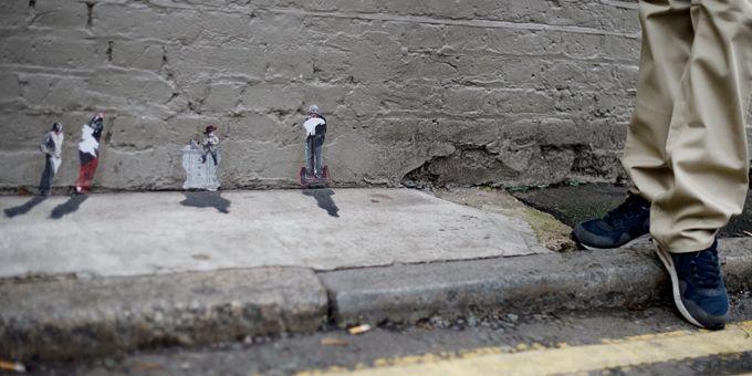 Les personnages miniatures du Mexicain Pablo Delgado dans une rue de Londres.  (Ben Stansall / AFP)