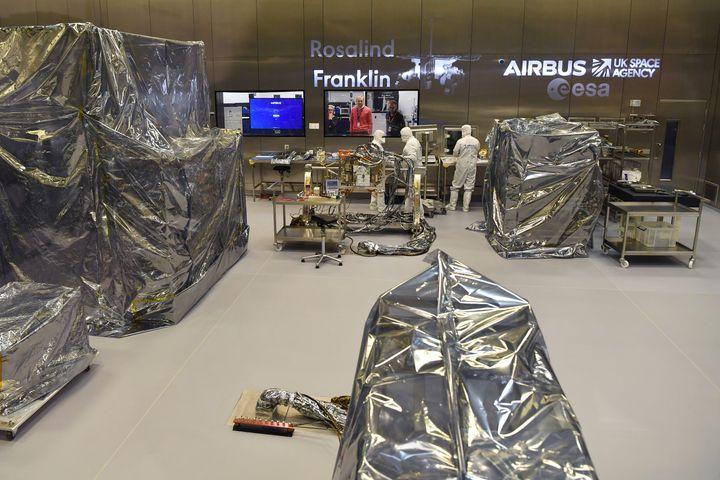 Des techniciens au travail sur le robot Rosalind Franklin à Sevenage (Royaume-Uni), le 7 février 2019. (BEN STANSALL / AFP)