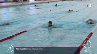 Des nageurs à la piscine. (France 2)