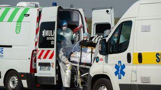 Une photo prise par l'armée des patients atteints de coronavirus pendant leur transfert de Mulhouse (Haut-Rhin) à Toulon (Var), le 18 mars 2020. (FRENCH ARMY / AFP)