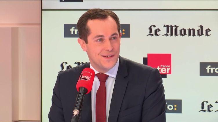 """Nicolas Bay, vice-président du FN sur le plateau """"Questions politiques"""" pour France Inter, franceinfo et """"Le Monde"""", dimanche 17 décembre 2017. (FRANCEINFO / RADIOFRANCE)"""