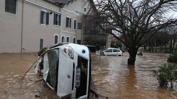 Une voiture a été renversée par les eaux en crue le 19 janvier 2014 dans le Var entre Hyères et La Londe. (MAXPPP)