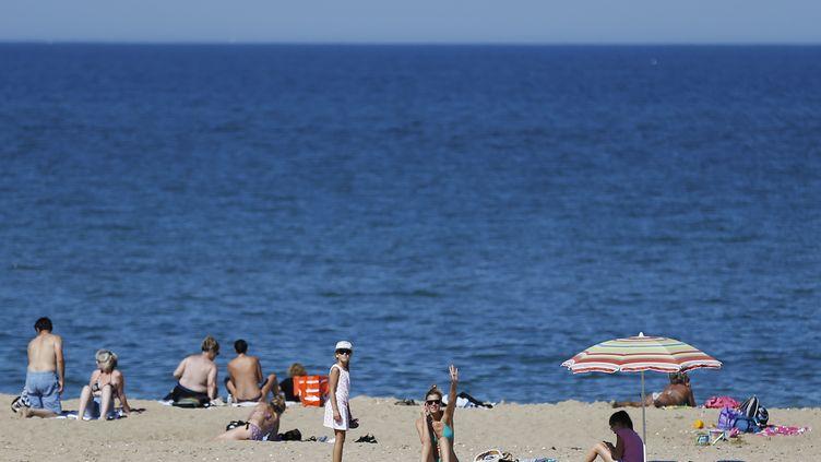 Bain de soleil sur la plage deMerville-Franceville-Plage (Calvados) le 7 septembre 2016. (CHARLY TRIBALLEAU / AFP)
