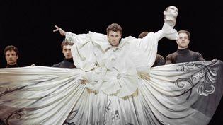 """Le danseur Patrick Dupond, sous la direction du chorégraphe Maurice Béjart, dans """"Salome"""", en 1992, au théâtre des Champs Elysées. (BERTRAND GUAY / AFP)"""