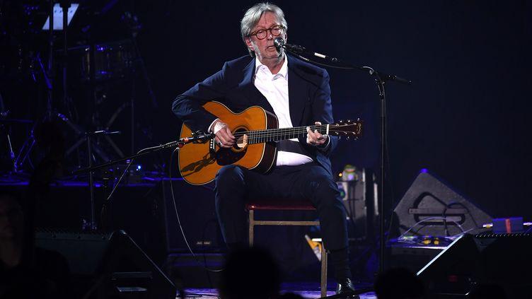 Le guitariste britannique Eric Clapton sur scène au Royal Albert Hall de Londres (Angleterre), le 2 décembre 2019. (JEFF SPICER/BFC / GETTY IMAGES EUROPE)