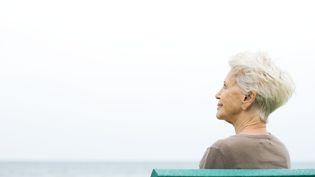 Une femme assise sur un banc. (MAXPPP)