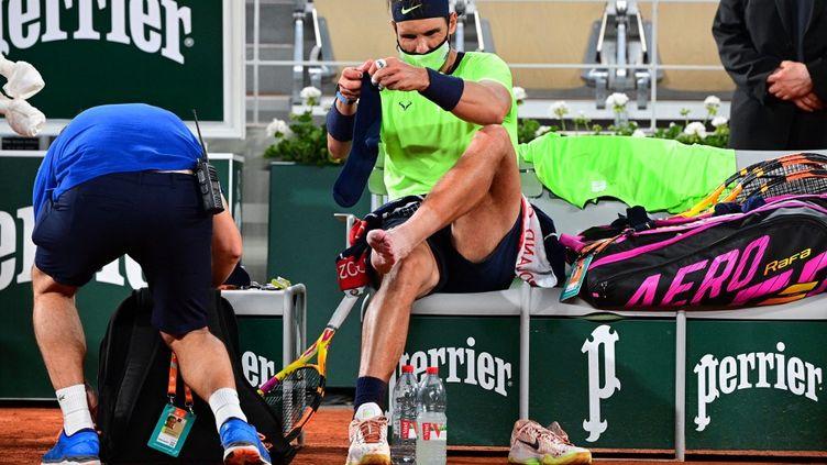 À Roland-Garros, Rafael Nadal avait fait intervenir un médecin en cours de match pour soigner une douleur au pied. (MARTIN BUREAU / AFP)