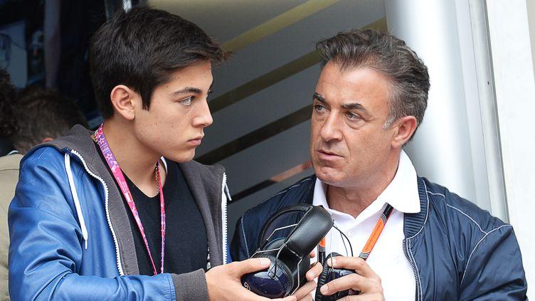 Giuliano Alesi avec son père Jean, ancien pilote de la Scuderia (BORIS HORVAT / AFP)