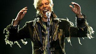 David Bowie sur scène le 23 juin 2004 à Prague (République tchèque) lors de sa tournée Reality Tour. (DAVID W CERNY / REUTERS)