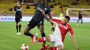 Le défenseur monégasque Guillermo Maripan au duel avec Kelvin Yeboah du Sturm Graz, le 16 septembre 2021. (VALERY HACHE / AFP)