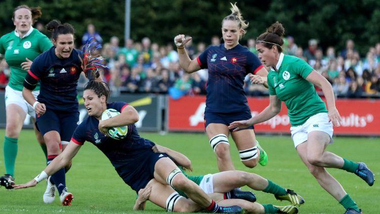 La Française Lenaïg Corson est plaquée par une joueuse irlandaise lors du match France-Irlande des poules du Mondial féminin de rugby, le 17 août 2017 à Dublin (Irlande). (PAUL FAITH / AFP)