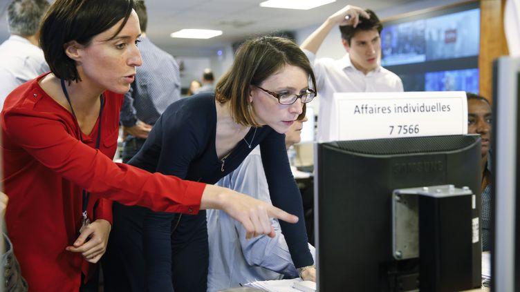 Ophélie Toulliou (à gauche) au sein de la cellule interministérielle d'aide aux victimes des attentats, au Quai d'Orsay, à Paris, le 18 novembre 2015. (MAEDI / BRUNO CHAPIRON)