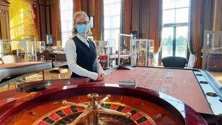 Sandrine, croupière au casino Barrière Enghiens Les Bains (Val-d'Oise). (BENJAMIN ILLY / FRANCE-INFO)