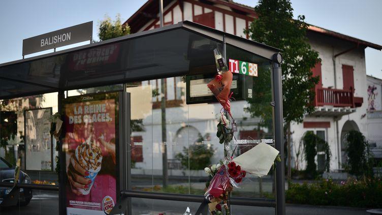 Des bouquets de fleurs sur un arrêt de bus à Bayonne (Pyrénées-Atlantiques), mercredi 8 juillet 2020. (PATXI BELTZAIZ / HANS LUCAS / AFP)