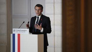 Emmanuel Macron s'est exprimé depuis le palais de l'Elysée, à la sortie d'un sommet européen réalisé en visioconférence, le 25 mars 2021. (BENOIT TESSIER / AFP)