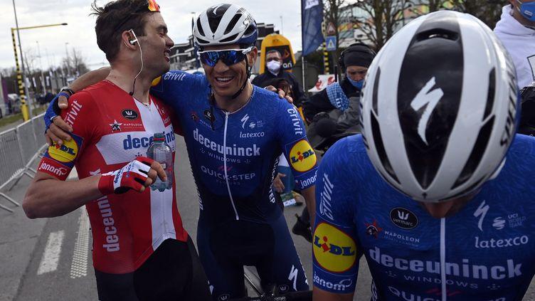 Kasper Asgreen après sa victoire sur le Grand Prix E3 avec ses coéquipiers de la Deceuninck-Quick Step dont Florian Sénéchal, deuxième. (DIRK WAEM / BELGA MAG)