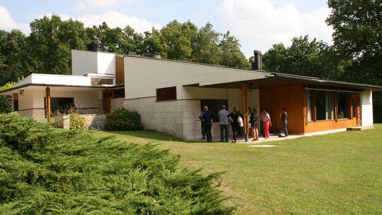 """""""La Maison Louis Carré"""" construite par Alvar Alto à Bazoche-sur Guyonne ( 40km de Paris) est située sur une colline. On accède à la maison par le bas du terrain, qui offre une vue oblique sur la façade d'entrée tournée vers le nord-ouest. De ce côté ci, la pente du toit suit le mouvement du paysage.  (Sophie Jouve/Culturebox)"""