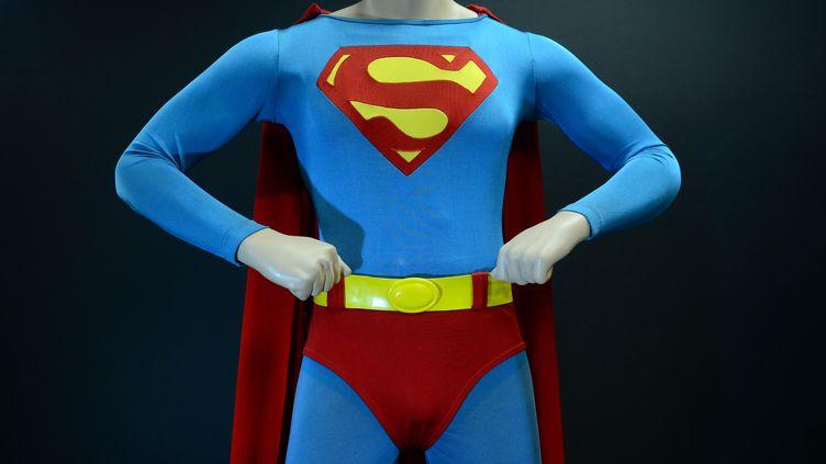 Le costume de Superman porté par Christopher Reeve dans le film de 1978. (FREDERIC J. BROWN / AFP)