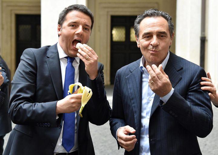 Le 28 avril 2014, à Rome (Italie),le président du Conseil italien Matteo Renzi (à gauche) imite Dani Alves qui a répondu à un jet de banane en mangeant le fruit. (MAXPPP)