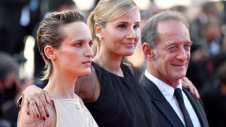 L'actrice Agathe Rousselle (à gauche), la réalisatrice Julia Ducournau (au centre) et l'acteur Vincent Lindon (à droite) arrivent à la cérémonie de clôture de la 74e édition du Festival de Cannes, le 17 juillet 2021. (JOHN MACDOUGALL / AFP)