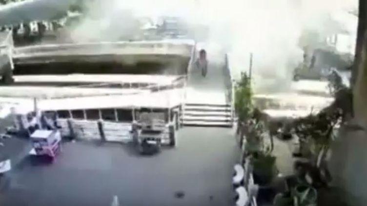 Des images de vidéosurveillance montre une seconde explosion survenue à Bangkok (Thaïlande) en moins de 24 heures, cette fois sans faire de blessés, mardi 18 août 2015. (YOUTUBE.COM)