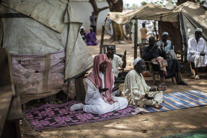 Des musulmans du quartier PK-5 à Bangui prient le 27 Novembre 2015 à deux jours de la visite du Pape François (PhotoAFP/Gianluigi)