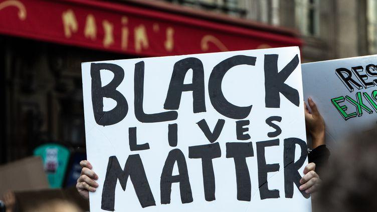 Manifestations anti-racistes le 6 juin 2020 à Paris pour dénoncer le meurtre de George Floyd, un Afro-Américain étouffé sous le genou d'un policier blanc à Minneapolis, aux Etats-Unis. (JEROME GILLES / NURPHOTO)