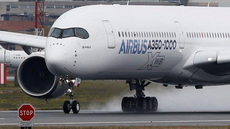Un Airbus A350-1 000 décolle de Colomiers (Haute-Garonne), le 24 novembre 2016. (REGIS DUVIGNAU / REUTERS)