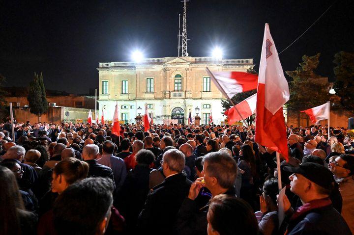 Manifestation devant le quartier général de la police de Malte. (ANDREAS SOLARO / AFP)